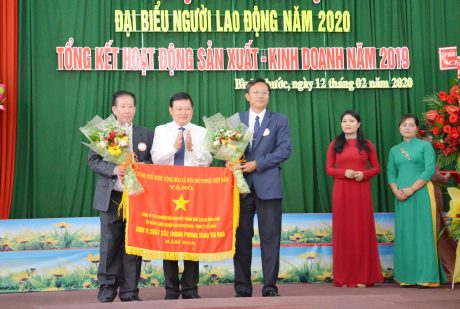 Đ/c Huỳnh Văn Bảo - TGĐ VRG trao Cờ thi đua của Chính phủ cho công ty tại Hội nghị NLĐ năm 2020. Ảnh: Đào Phong