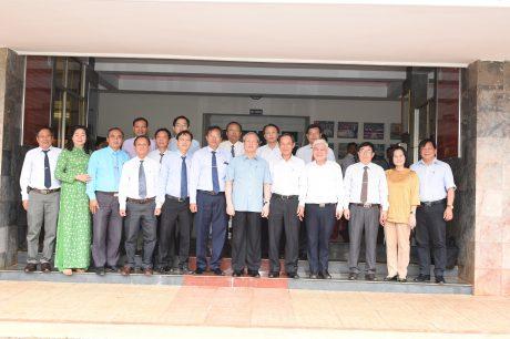 Đ/c Trần Quốc Vượng - Ủy viên Bộ Chính trị, Thường trực Ban Bí thư (thứ 6 từ phải qua) trong chuyến thăm và làm việc tại công ty. Ảnh: Vũ Phong