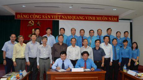 TGĐ VRG Huỳnh Văn Bảo và Chủ tịch CĐ CSVN Phan Mạnh Hùng ký Quy chế phối hợp công tác giai đoạn 2018 – 2023, tại Hội nghị tổng kết 5 năm thực hiện Quy chế phối hợp giữa BTV CĐ CSVN với TGĐ VRG, tổ chức ngày 26/7. Ảnh: Đào Phong