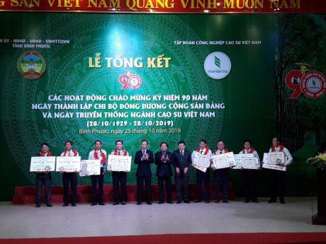 Anh Nguyễn Tri Ân (thứ 3 bên trái qua) vinh dự nhận giải thưởng Cao su Việt Nam