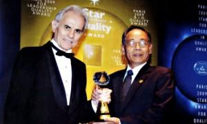 Ông Lê Văn Khoa thay mặt CTCS Dầu Tiếng nhận Cúp vàng chất lượng tại Pháp. Ảnh: CTV
