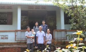 Đại gia đình 3 thế hệ làm công nhân cao su của chị Hồng, anh Hóa trước tổ ẩm của mình.