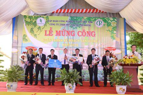 Ông Lê Thanh Tú – Phó TGĐ VRG trao thưởng 120 triệu đồng hoàn thành kế hoạch cho Công ty TNHH MTV Cao su Phú Riềng. Ảnh: Vũ Phong.