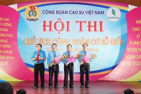 Thạc sĩ Trần Đức Phương (thứ 2 từ trái qua) là thành viên BGK Hội thi Chủ tịch Công đoàn cơ sở giỏi 2019. Ảnh: Vũ Phong