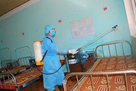 Phun thuốc phòng bệnh tại TTYT Cao su Chư Prông. Ảnh: Văn Vĩnh