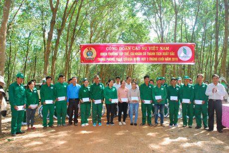 Công ty CPCS Sa Thầy trao thưởng cho công nhân trong phong trào thi đua nước rút. Ảnh: Văn Vĩnh.