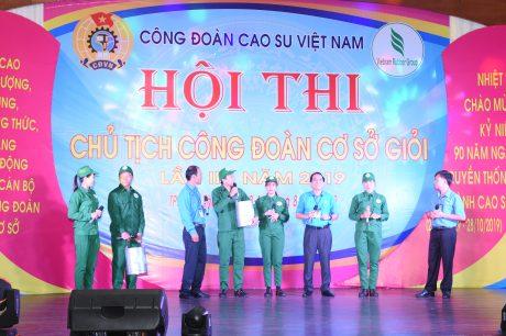 Các cán bộ CĐ trao đổi với công nhân trong Hội thi Chủ tịch Công đoàn cơ sở giỏi 2019. Ảnh: Vũ Phong