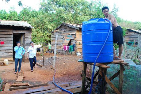 Niềm vui của các gia đình CN khi được Công ty Chư Mom Ray cấp nước hàng ngày để sinh hoạt, mỗi gia đình được 1 bình 500 lít/ngày.