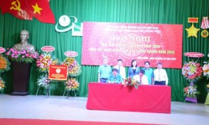 Ký kết thỏa ước lao động tập thể tại Hội nghị NLĐ Cao su Đồng Phú. Ảnh: Đào Phong