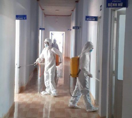 Phun thuốc diệt khuẩn tại Bệnh viện Cao su Phú Riềng. Ảnh: CTV