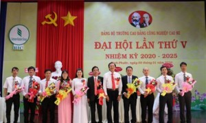 đồng chí Nguyễn Phúc Hậu - tỉnh ủy viên, Bí thư Đảng ủy khối các Cơ quan và Doanh nghiệp tỉnh Bình Phước tặng hoa BCH Đảng bộ nhiềm kỳ 2020 – 2025