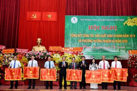 Ông Trần Ngọc Thuận - Bí thư Đảng ủy, Chủ tịch HĐQT VRG trao Cờ thi đua của VRG cho các đơn vị xuất sắc năm 2019