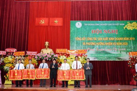 Ông Huỳnh Văn Bảo - TGĐ và ông Trần Đức Thuận - TV HĐQT VRG trao Cờ thi đua cho các đơn vị