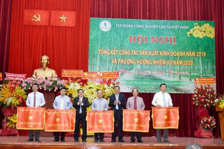Ông Nguyễn Tiến Đức - Phó TGĐ thường trực và ông Phạm Văn Thành - TV HĐQT trao Cờ thi đua của VRG cho các đơn vị