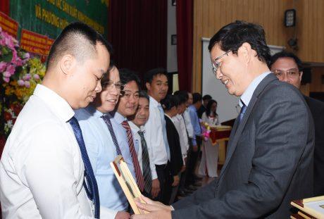 Ông Hà Văn Khương - TV HĐQT VRG trao Bằng khen của VRG cho các đơn vị