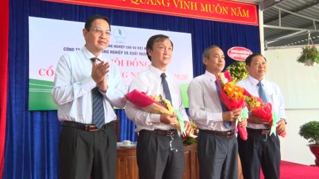 Phó TGĐ VRG Trương Minh Trung tặng hoa chúc mừng các thành viên HĐQT nhiệm kỳ 2020 - 2025