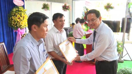 Phó TGĐ VRG Trương Minh Trung trao Bằng khen Bộ NN&PTNT cho 3 cá nhân hoàn thành xuất sắc nhiệm vụ được giao