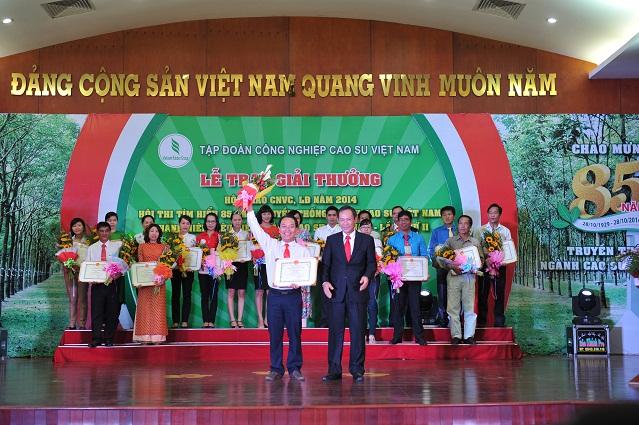 Description: GĐ Trần Ngọc Thuận trao giải nhất cá nhân cuộc thi viết (trong ngành) cho anh Vũ Kim Cương (Cao su Kon Tum)