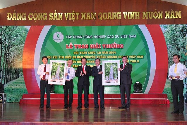Description: ãnh đạo VRG tặng quà cho 2 đơn vị đăng cai tổ chức chuỗi sự kiện 85 năm là Công ty Đồng Phú và Phú Riềng