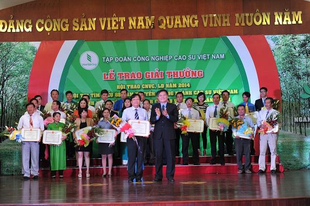 Description: ng Võ Sỹ Lực - Chủ tịch HĐTV VRG trao giải nhất cuộc thi viết cho đơn vị Cao su Bình Long