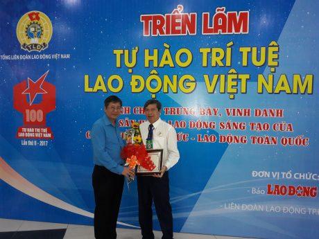 Đ/c Trần Thanh Hải - Phó chủ tịch Tổng LĐLĐ Việt Nam trao giấy chứng nhận sản phẩm cho Đ/c Nguyễn Hữu Tuất - Chủ tịch Công đoàn Cao su Phú Riềng