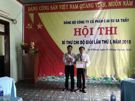 Ông Đỗ Thanh Nam_ Bí thư Đảng ủy, TGĐ C.ty, Trưởng BTC Hội thi trao giải nhất cho TS Bùi Minh Phú