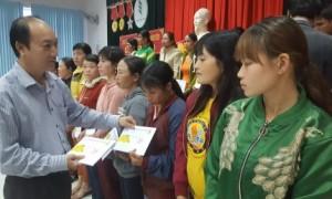 Ông Phan Tấn Hải trao quà cho công nhân.