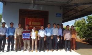 Các đại biểu và vợ chồng đoàn viên Nguyễn Văn Quang, Nguyễn Thị Hồng trước căn nhà mới xây.
