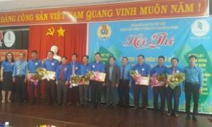 Ban tổ chức trao giải cho các thí sinh đạt thành tích cao hội thi