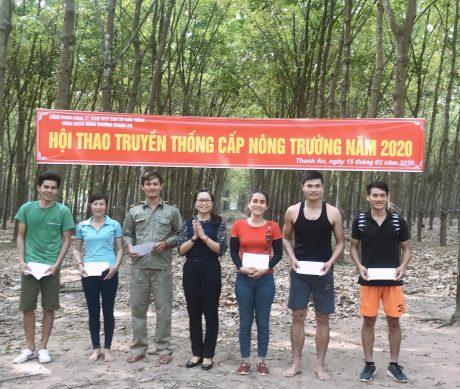 Hà Thị Kim Duyên – Phó Giám đốc, Chủ tịch Công đoàn Nông trường cao su Thanh An trao giải cho các vận động viên