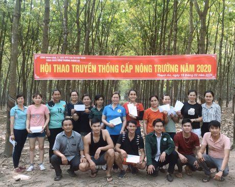 Các vận động viên chụp ảnh lưu niệm cùng Ban Lãnh Đạo Nông trường.