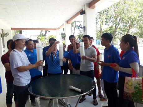 Công nhân lao động tham gia trò chơi dân gian.