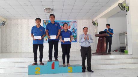 Đồng chí Trần Xuân Bảy – Bí thư Đảng ủy Xí nghiệp chế biến trao giải toàn đoàn cho các nhà máy