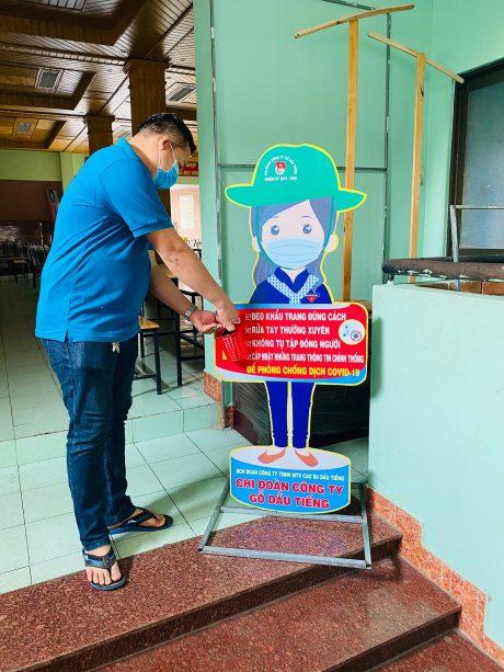 Công nhân sử dụng nước rửa tay khô tại các điểm tuyên truyền.