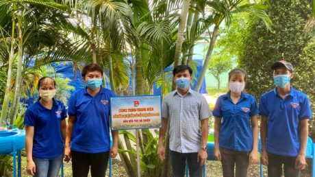 BCH Chi đoàn trao tặng 4 bồn nước rửa tay tại Nhà máy chế biến gỗ Long Hòa.