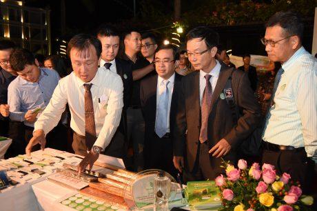 Lãnh đạo Tổng Công ty Cao su Đồng Nai giới thiệu sản phẩm