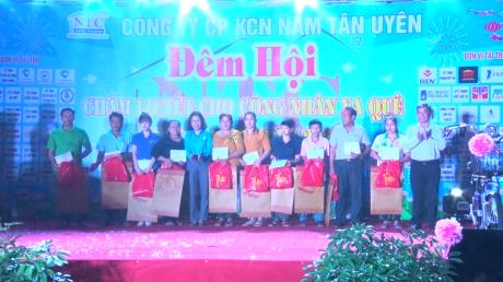Nhân dịp này, Liên đoàn Lao động tỉnh Bình Dương tặng 10 phần quà cho công nhân đang làm việc tại KCN Nam Tân Uyên không có điều kiện về quê đón Tết, mỗi phần quà là 1 triệu đồng tiền mặt.