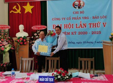 Đồng chí Trương Minh Trung - UV BTV Đảng ủy, Phó TGĐ VRG tặng quà cho Đ/c Nguyễn Lập không tham gia BCH khóa mới