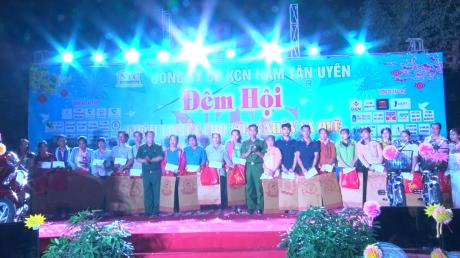 Nhân dịp này, Liên đoàn Lao động thị xã Tân Uyên tặng 28 phần quà cho công nhân đang làm việc tại KCN Nam Tân Uyên không có điều kiện về quê đón Tết.