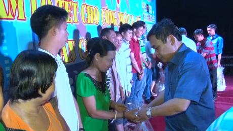 Lãnh đạo KCN Nam Tân Uyên trao quà cho các công nhân xa quê
