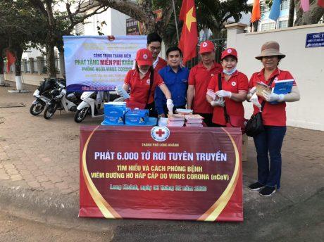 Đoàn Thanh niên Cao su Đồng Nai phát khẩu trang cho người dân.