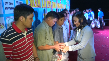 Đại diện lãnh đạo Ban Tuyên giáo - Nư công Công đoàn CSVN trao quà cho các công nhân xa quê