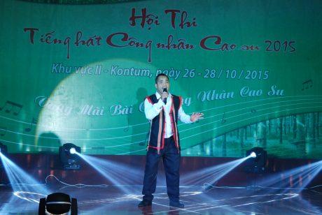 Ông Phan Văn Lợi – TGĐ Công ty CPCS Điện Biên trao thưởng cho các tập thể, cá nhân đạt thành tích xuất sắc trong phong trào thi đua nước rút.