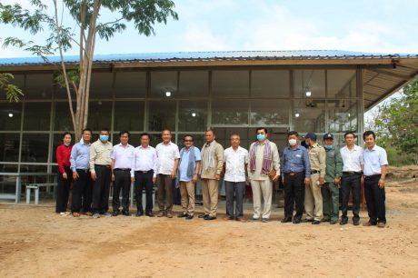 Các khách mời đến dự buổi khai trương cửa hàng chụp ảnh lưu niệm với lãnh đạo công ty