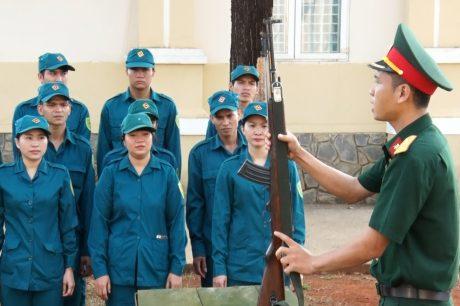 Chăm chú nghe giáo viên hướng dẫn thao tác tháo lắp súng