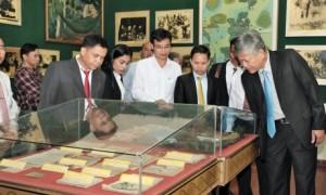 Đoàn công tác tham quan nhà truyền thống công nhân cao su TCT