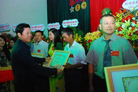 Ông Lê Thanh Hưng - Phó TGĐ VRG trao thưởng cho NLĐ công ty.