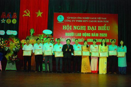 Ông Phan Mạnh Hùng - Chủ tịch Công đoàn Cao su VN trao thưởng cho NLĐ công ty.