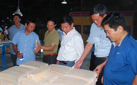 Lãnh đạo Công ty TNHH MTV Cao su Kon Tum tham quan Nhà máy chế biến gỗ Minh Dương Chu Lai, một trong những đơn vị sản xuất gỗ cao su xuất khẩu lớn.