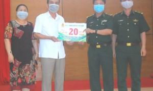 Ông Vương Đức Thông (áo trắng) - Ủy viên BTV Công đoàn CSVN, chủ tịch Công đoàn Cao su Chư Sê trao số tiền 20 triệu đồng cho lãnh đạo Bộ đội biên phòng Gia Lai